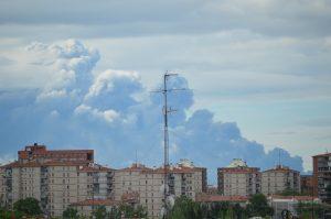 La columna de humo del incendio de Seseña desde el barrio Moratalaz (foto: Lorenzo Pasqualini)