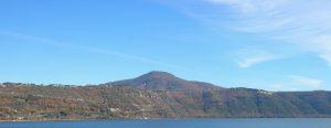 Lago di Albano ocupa un cráter volcanico